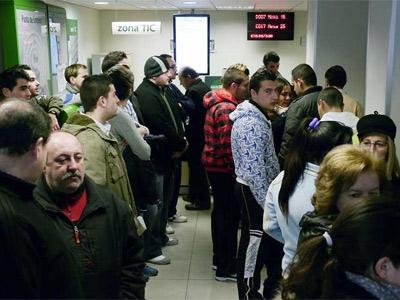 Desempleados esperan su turno en una odficina del Servicio Público de Empleo Estatal en Jaén.