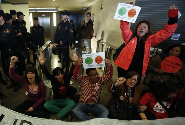 Varios activistas de la PAH y afectados por la hipoteca protestan en la sede del 'banco malo' en Madrid el 21 de marzo de 2013.