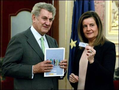 La ministra de Empleo saca pecho siempre que puede de su polémica reforma de las pensiones. Aquí la vemos junto al presidente del Congreso, Jesús Posada.