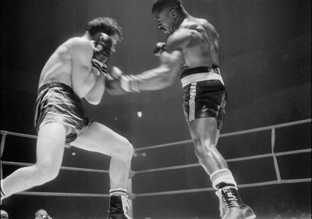 Huracán Carter (d) pelea con Fabio Bettini en París en 1965. AFP
