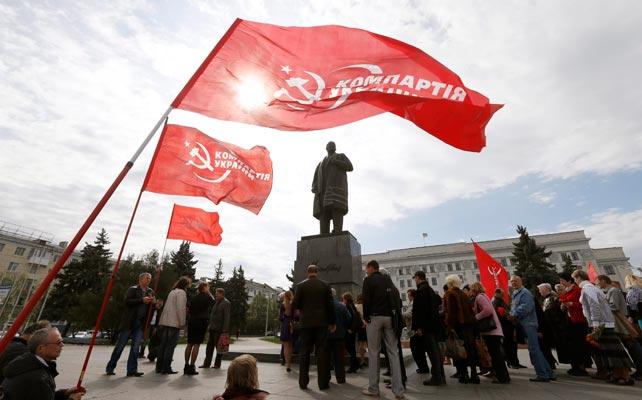 Comunistas rinden homenaje a Lenin en Lugansk.