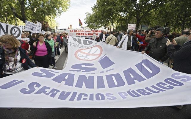 Varios manifestantes portan una pancarta durante la protesta convocada en Madrid por las mareas.