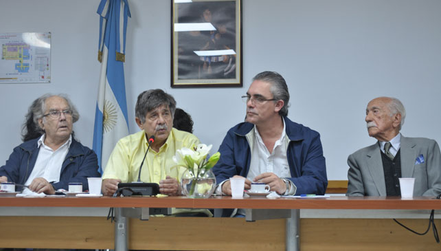 Adolfo Pérez Esquivel, Carlos Slepoy y Darío Rivas durante la rueda de prensa en el Congreso de los Diputados de Argentina.