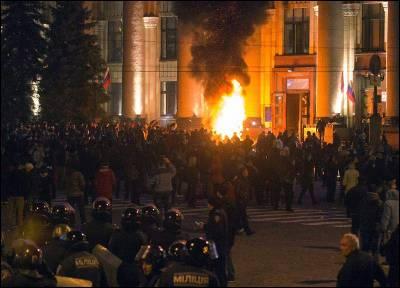 Manifestantes prorusos incendian neumáticos cerca al ocupado en Járkov.