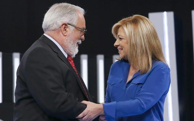 Miguel Arias Cañete y Elena Valenciano se saludan antes de empezar el cara a cara. EFE