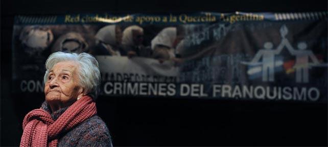 Ascensión Mendieta, víctima de la dictadura, en una rueda de prensa de Ceaqua sobre los crímenes del franquismo.