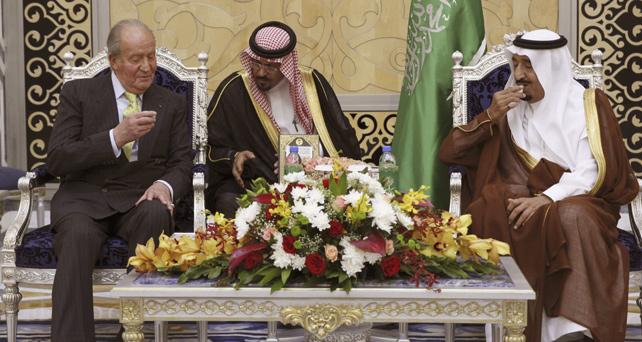 El rey Juan Carlos conversa con Salman bin Abdulaziz al Saud, príncipe heredero y ministro de defensa saudí, a su llegada a la ciudad de Yeda, para visitar oficialmente Arabia Saudí.