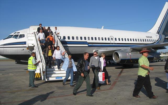 80 vuelos cada semana traen medio millón de 'refugiados<br /> políticos' cubanos de EEUU a la isla cada ano para pasar sus<br /> vacaciones.