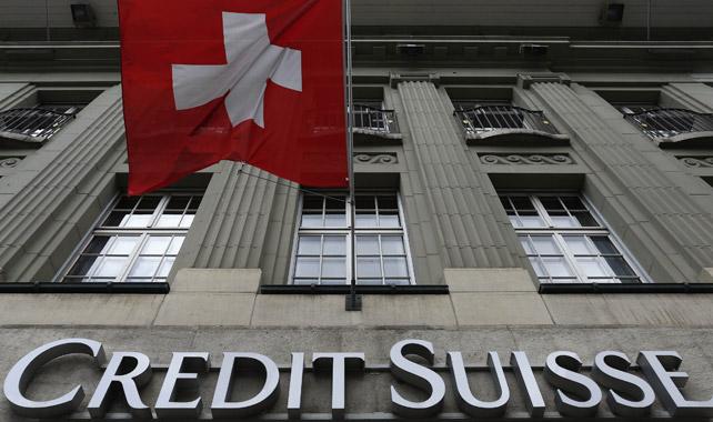 Bandera suiza en una de las sedes de Credit Suisse, en la Plaza Federal de Berna, 15/05/2014. REUTERS/Ruben Sprich.