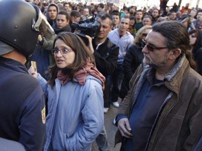 Juan Ponce y Mónica Oltra conversando con la policía.