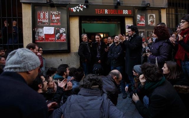 Pablo Iglesias rodeado de seguidores de Podemos.