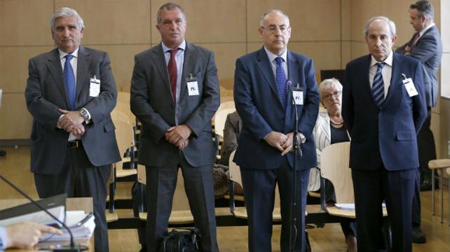 Los exdirectivos de Caixa Penedés escuchan la lectura de la sentencia, tras su juicio en la Audiencia Nacional.
