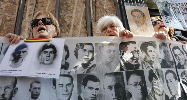 Concentración de víctimas del franquismo delante de la Audiencia Nacional.