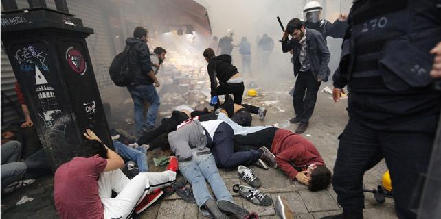 Manifestantes afectados por los gases lacrimógenos lanzados por la Policía en Estambul, Turquía. 31/05/2014. REUTERS/Murad Sezer