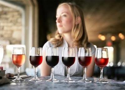 Una mujer antes de catar 6 copas de vino.
