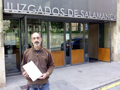 Javier Paz Ledesma frente a los juzgados con su denuncia en la mano.