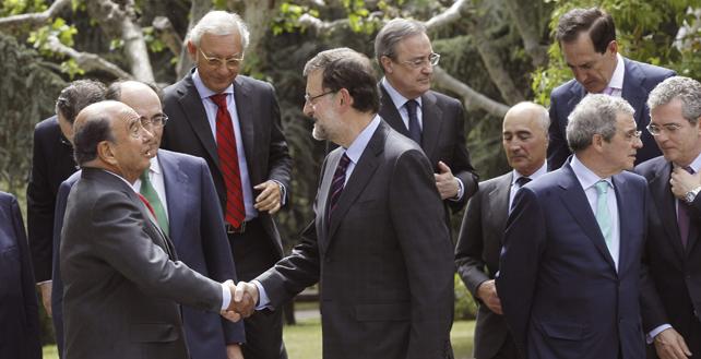 El presidente del Banco Santander, Emilio Botín, saluda al presidente del Gobierno, Mariano Rajoy, antes de posar en la foto de familia con los miembros del Consejo Empresarial para la Competitividad (CEC), en el Palacio de la Moncloa.