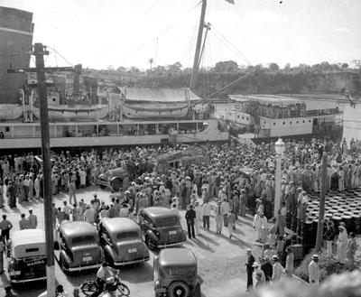 Un barco con la bandera republicana con refugiados en 1940 en Ciudad Trujillo (Santo Domingo)