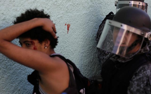 Un policía brasileño detiene a un manifestante durante las protestas.