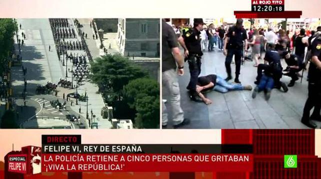 Captura de pantalla de La Sexta en que se ve a varias personas en el suelo, detenidos por la Policía cerca de Gran Vía.