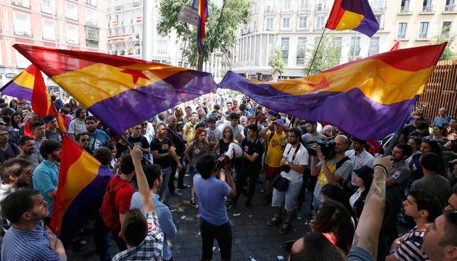 Cientos de personas se manifiestan por la República en la plaza de Triso de Molina.