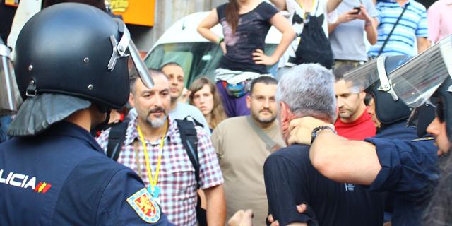 La Policía detiene a Jorge Verstrynge en la concentración republica en Sol, durante la tarde del jueves. A. LÓPEZ DE MIGUEL.