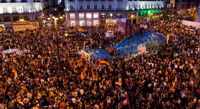 La Puerta del Sol de Madrid se llenó nada más dar comienzo la concentración por la República.