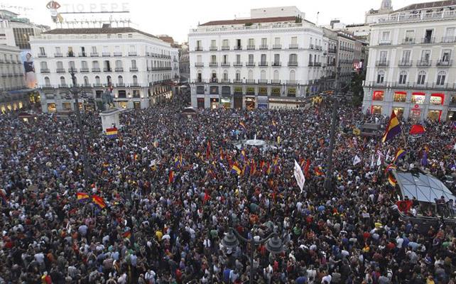 La Puerta del Sol abarrotada por la concentración en favor a una república.