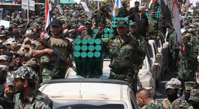 Desfile de combatientes del Ejército de Al-Mahdi del clérigo chií y líder de facto de la Ciudad Sadr en Bagdad, Muqtada al-Sadr.