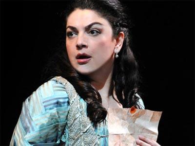 La Ópera de Australia rescinde el contrato de la soprano Tamar Iveri por sus comentarios homófobos en Facebook.