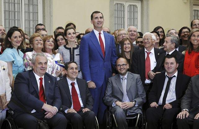 Felipe y Letizia posan con los representantes de organizaciones solidarias, este martes.