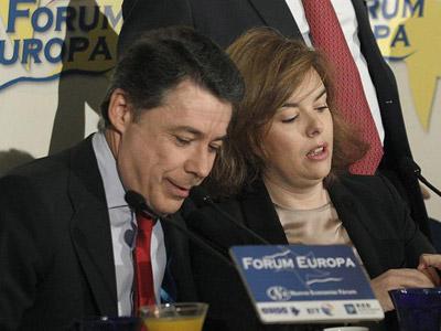 La vicepresidenta del Gobierno, Soraya Sáenz de Santamaría, y el presidente de la Comunidad de Madrid, Ignacio González, este lunes, en un desayuno informativo. EFE