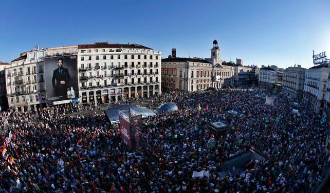 Miles de personas en la Puerta del Sol de Madrid durante la manifestación por un referéndum sonre monarquía o república.
