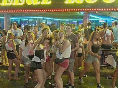 Jóvenes pasando la noche en los locales turísticos de Calvià.