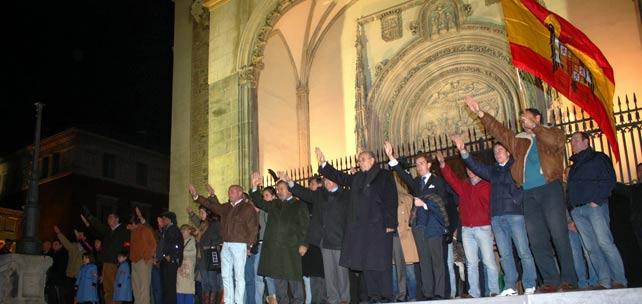 Asistentes a una de las misas conmemorativas del franquismo en la iglesia de los Jerónimos de Madrid.
