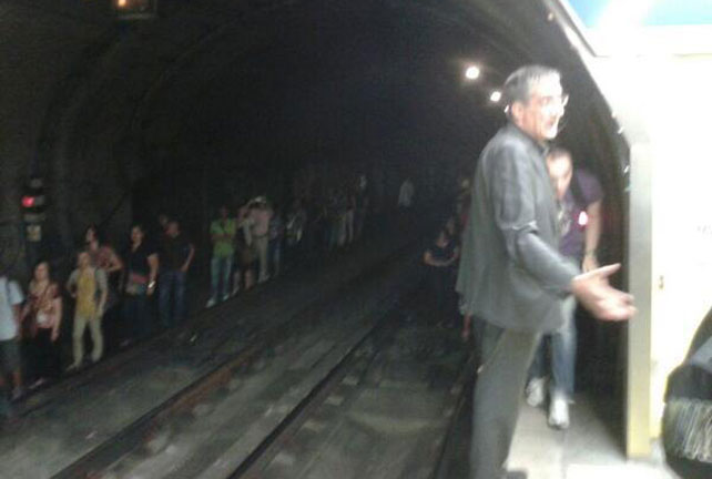 Pasajeros del metro recorren los túneles andando tras cansarse de esperar en el tren por una avería.- FOTO PUBLICADA POR LA CUENTA @SUFRIDORESMETRO