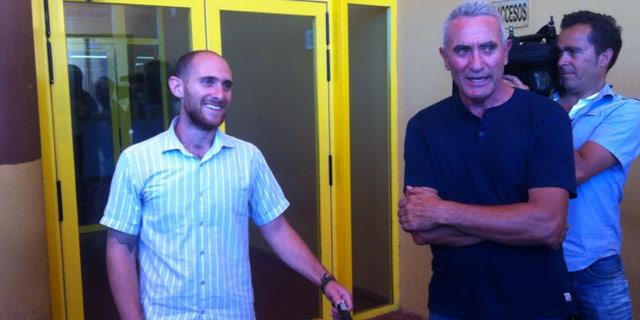 Carlos Cano Navarro en el momento de su liberación, junto a Diego Cañamero, portavoz del SAT. SAT.