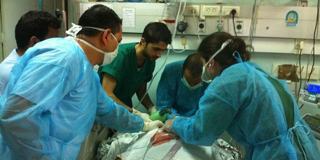 Personal médico intuba a un herido en una UCI, en Gaza. MSF.
