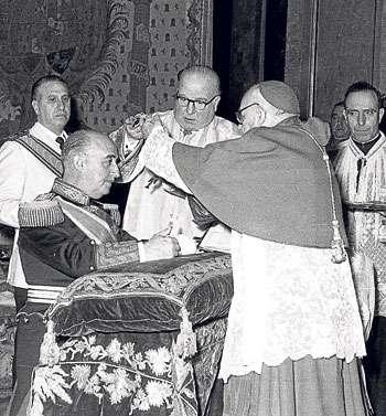 mposición a Franco en 1954 de la Orden Suprema de Cristo.EFE
