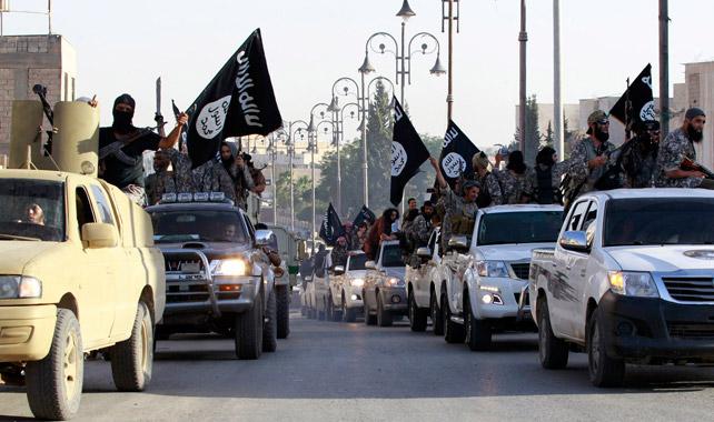 Combatientes yihadistas del Estado Islámico en las calles de Raqqa.