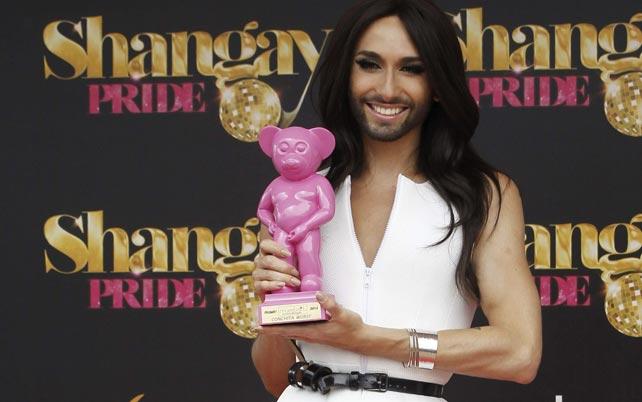 a ganadora de Eurovisión 2014, Conchita Wurst, homenajeada momentos antes de una rueda de prensa con motivo del Orgullo Gay, hoy en un hotel de Madrid. EFE/Fernando Alvarado