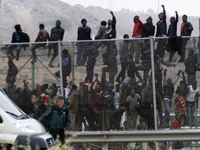 Casi un millar de inmigrantes son trasladados a la Península desde Melilla en un mes