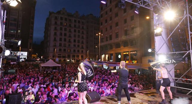 El cantante Asanza, durante el concierto del Orgullo Gay ofrecido la noche del 3 de julio en la plaza de Callao, en Madrid.