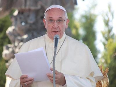 El papa pide perdón por la 'omisión' de la Iglesia en los abusos sexuales.