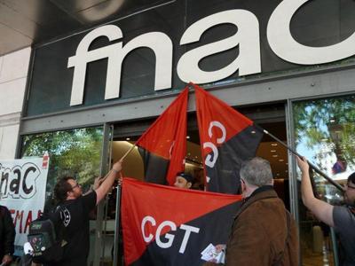 Trabajadores de Fnac se manifiestan en la puerta de uno de sus centros comerciales en Barcelona.