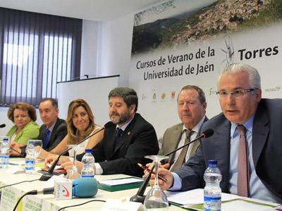 Inauguración de la 9º edición de los cursos universitarios de verano en Torres (Jaén), con la presencia de Susana Díaz, presidenta de la Junta de Andalucía, y de Baltasar Garzón / FIBGAR