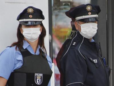 Agentes de policía, protegidos con máscaras, aislaron una oficina de empleo de Berlín ante la sospecha de un caso de ébola, que resultó ser una diarrea.