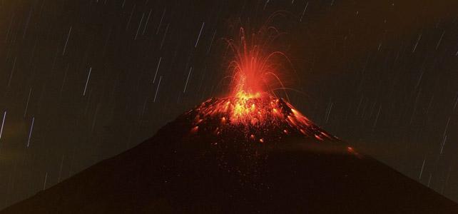 Foto de una explosión en el Tungurahua en Abril
