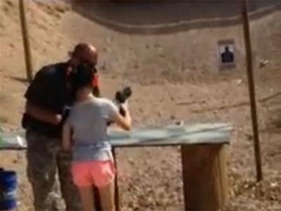 Imagen del vídeo de la niña con su instructor de tiro.
