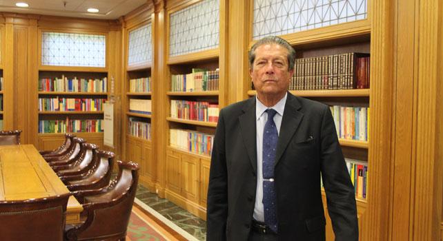 Federico Mayor Zaragoza, en la biblioteca de la sede de la fundación Ramón Areces.